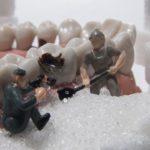 la guerra tra denti e zuccheri
